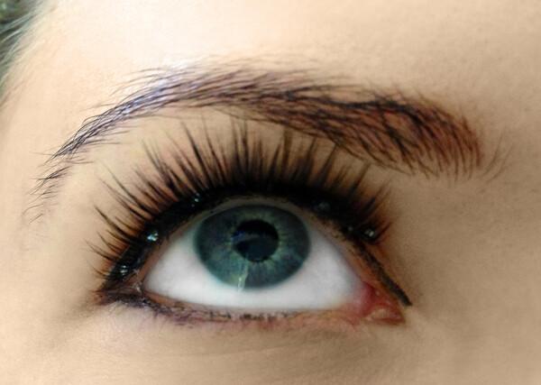 มีปัญหาจากการต่อขนตา (และติดขนตาปลอม)