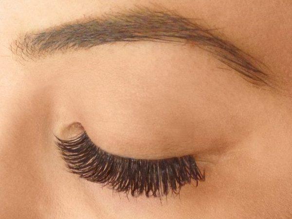 วิธีทำให้ประสบการณ์การต่อขนตาของคุณผ่อนคลายมากที่สุด