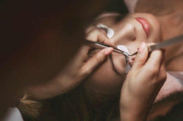 ทำไมการต่อขนตาจึงเหนือกว่าการลิฟติ้งขนตา