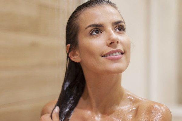 การต่อขนตาและนิสัยการอาบน้ำของคุณ: สิ่งที่คุณต้องรู้